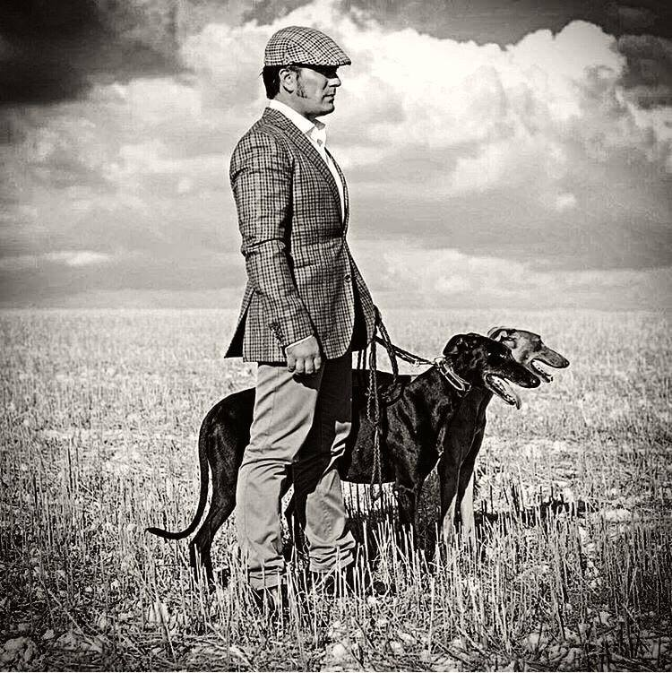 Desde la antigüedad, la competitividad y los deportes de apuestas han existido en las costumbres de los humanos. La carrera de galgos, es una competencia donde una serie de caninos de la raza galgo corren a través de una pista siguiendo una liebre artificial.